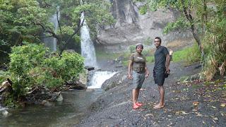 Lesi und Isa vor Savu-I-One Wasserfall; Wanderung im Koroyanitu National Heritage Park.