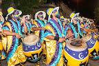 Cada agrupación se diferencia de otra, además de por el color de su vestimenta, por la forma, ritmo y sonido del toque del tambor, clave en el desfile de Llamadas / Foto: Oficina Nacional de Turismo de Uruguay.