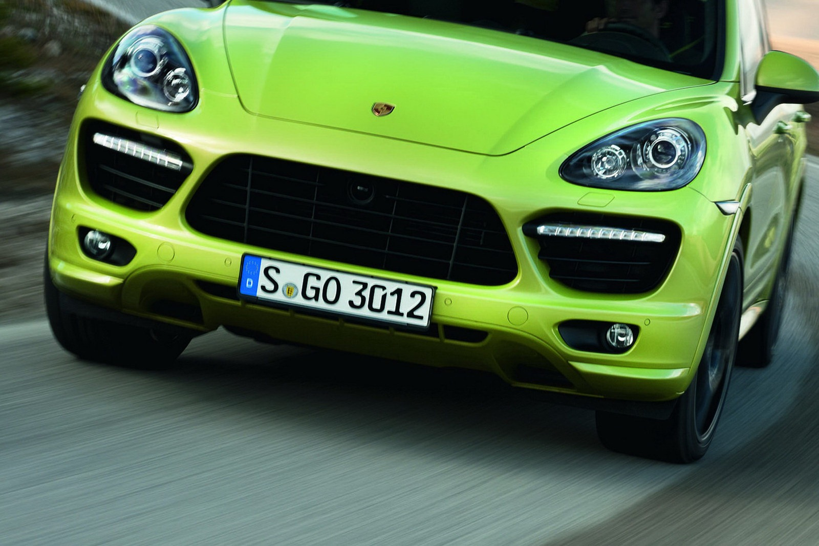 the new 2013 porsche cayenne gts revealed with video. Black Bedroom Furniture Sets. Home Design Ideas
