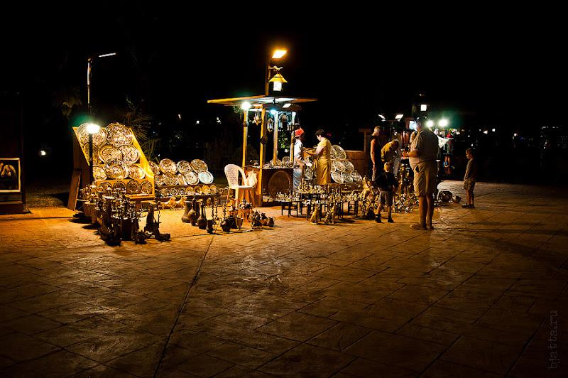 Отель Caribean World Resort Soma Bay. Хургада. Египет. На площадке перед рестораном во всю орудуют чеканщики, тут же, для публики, что-то доделывая на своих тазиках.