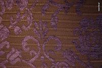 Tkanina meblowa, wzór roślinny, kwiatowy. Fioletowo-brązowa.