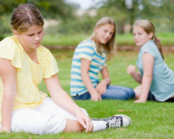 4 Alasan Kenapa Setiap Deket Cowok Selalu Diejek Teman