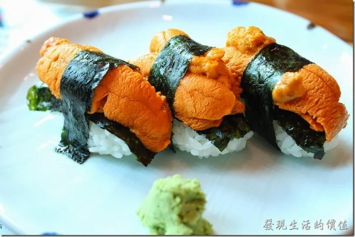 台南-築地壽司。大海膽壽司,NT$200(一個)。所以這裡有三個共NT$600。這海膽份量真的很多,感覺超奢華的,一口絕對吃不完,而且沒有想像中的腥味,這就是新鮮啊!口感綿密如布丁,而且海有鮮甜的味道。個人超推薦的,以前在別的地方吃過有腥味的,當時真的是勉強嚥下,這次則是不由自主品嚐啊。