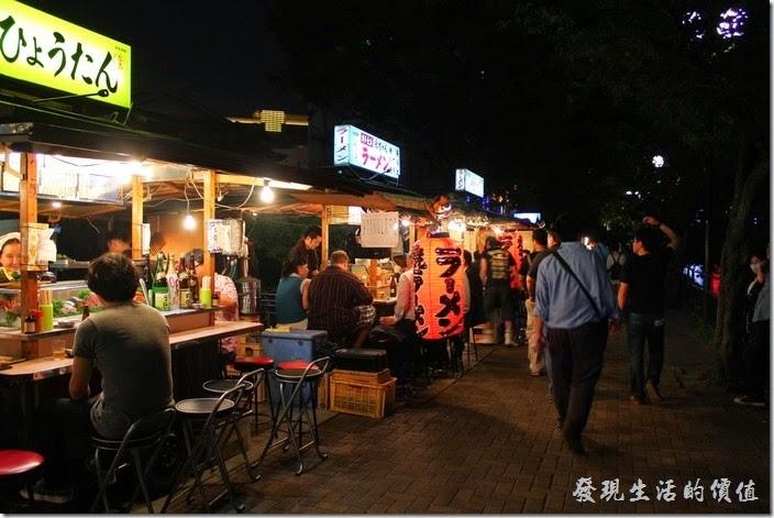 日本北九州-中洲屋台(路邊攤)。由於拜訪當天是星期一的晚上,所以遊客並不是太多,也不知道是不是我們來得太早,晚上21:00左右,這裡似乎是越夜越熱鬧吧!