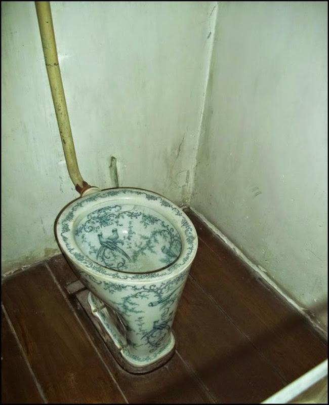 A_ Frank toilet sm