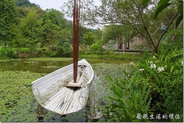 南投日月潭-紙教堂。搖晃的記憶,顫動的頻率。這是九二一地震對台灣的痛,也是讓人難以忘卻又不想餘存在心中的糾結情愫。如何重塑記憶的表情,讓人們不怕記憶,可以勇敢而寬心的面對,就成為王振瑋創作「搖晃的記憶」的原點。在他的眼中,台灣島國像極了一艘船,一艘裝滿豐富情感和滿滿祝福的希望輕艇,相同如諾亞方舟,承載物種生命的再出發。來到園區,別忘了到矗立在丁芳池上這艘白色的小船親體搖晃的感覺。