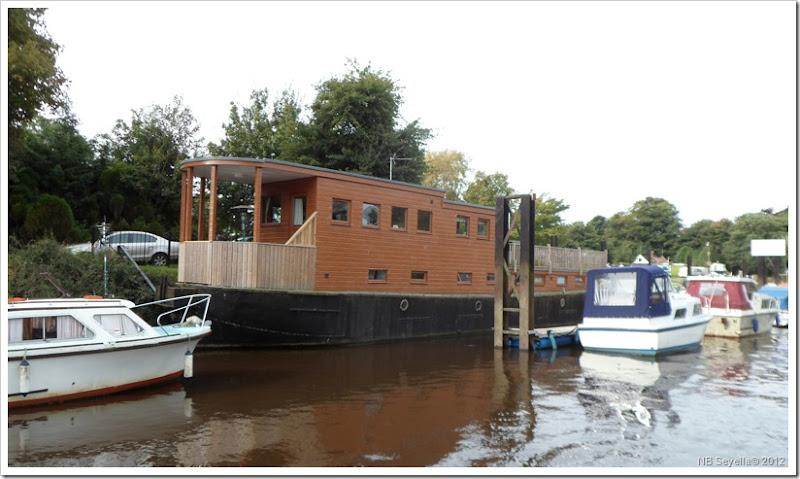 SAM_3466 Houseboat