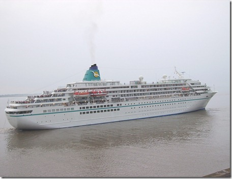 Amadea_departing_from_Bremerhaven