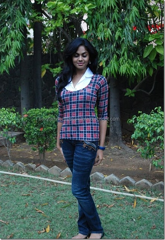 actress_karthika_nair_tight_jeans_&_tops_01