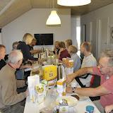 Hele familien samlet til morgenmad, med Oldemors hjemmelavede birkes og madpakkesmørning