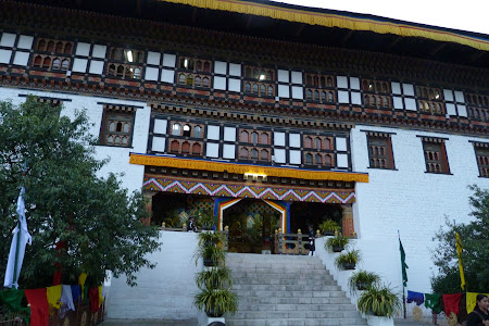 Intrare dzong