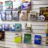 書店に並んだ関連書籍 / Books on the shelf of the store