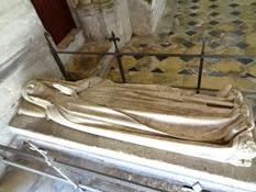 2014.09.10-035 gisant de Jeanne de Flandre dans l'abbaye St-Martin