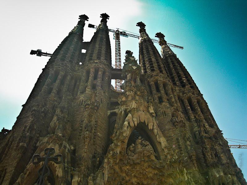 Госпиталь Святого Креста и Святого Павла. Барселона. Испания. Саграда Фамилия, кадр от начала улочки ведущей к госпиталю.