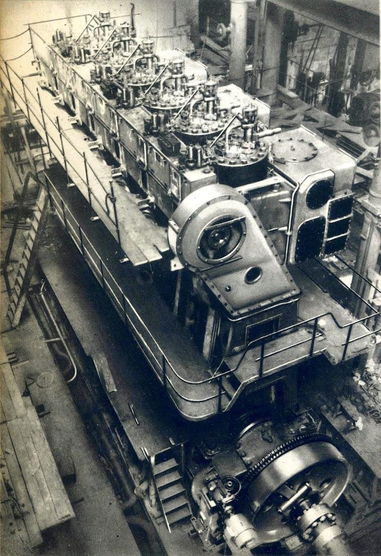 Motor principal de la motonave DOMINE. Foto del libro La Maquinista Terrestre y Marítima, 1856-1944.JPG