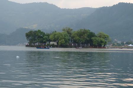 Lac Pokhara cu barca