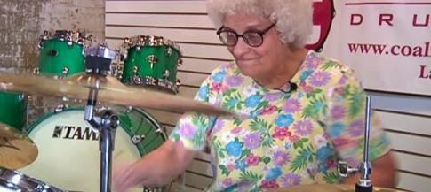 Increíble video de una abuela tocando la batería
