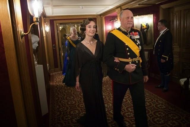 la señora de John Hamilton (izda) y el rey Harald de Noruega