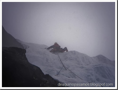 Cascade Le Grand Bleu 100m MD II WI4  90º (Mur Bleu, Argentiere, Alpes) (Isra) 0700