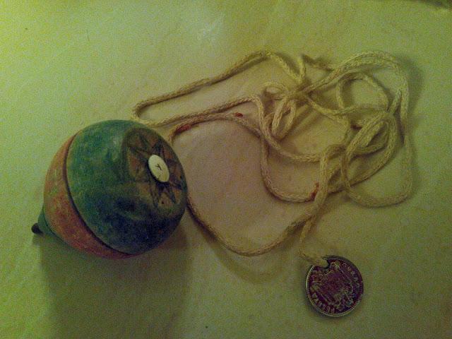 El equipo completo: peonza, cuerda y moneda