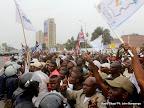 – A gauche, la police encadre les partisans de l'UDPS le 5/9/2011 à Kinshasa, lors du dépôt de la candidature d'Etienne Tshisekedi pour la présidentielle 2011, le 5/09/2011 au bureau de réception, traitement des candidatures et accréditation des témoins et observateurs de la Ceni à Kinshasa. Radio Okapi/ Ph. John Bompengo