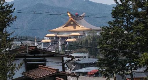 高山市内にそびえ立つ黄金の建物