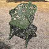 Aluminiowe krzesło ogrodowe o bogatej ornamentyce.