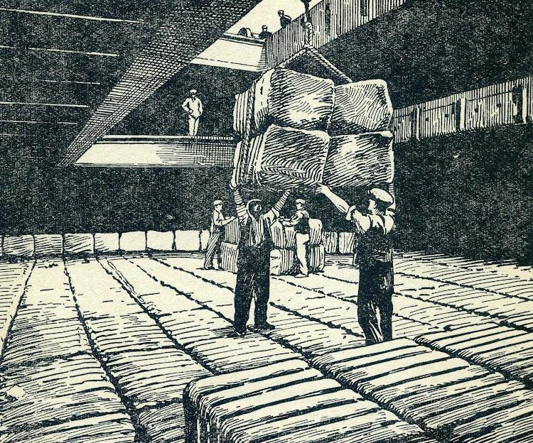 Estibadores manipulando balas de algodón. Del libro STOWAGE, THE PROPERTIES & STOWAGE OF CARGOES.JPG