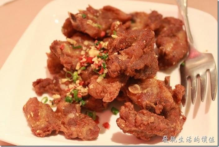 花蓮-理想大地渡假村中餐廳。椒塩溫室豬,NT380 。其實就是蒜蓉炸豬排,不過感覺不是很好,豬排的白肉有點多,而且沒有把掰肉油膩感蓋過去。