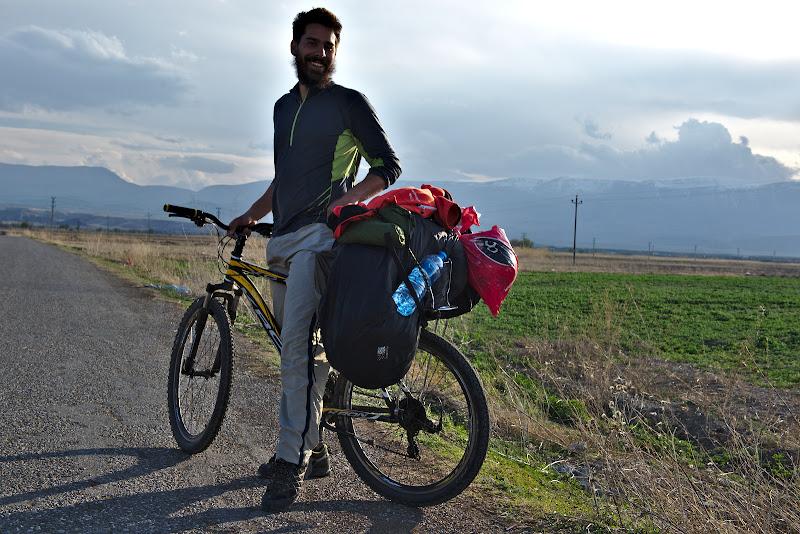 Cine spune ca ai nevoie de multe pentru a pleca cu bicicleta prin lume.