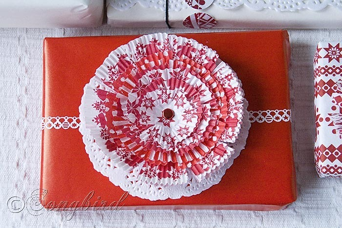 Songbird Christmas White Red Gift Wrapping 7