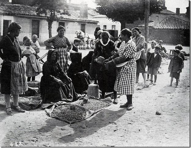 Vendedoras de avellanas en Tejares-Cndido Asende-
