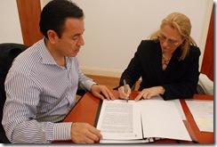 Jefe de gabinete Marcelo Bonavita junto a Ana María Bloise en la firma de convenio por el edificio de San Clemente del Tuyú