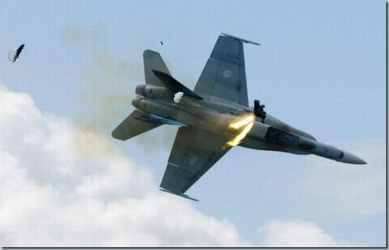 Pilot ejects from fighter plane moments before crash (2)