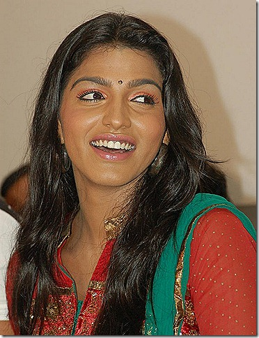 dhansika_smiling_photo