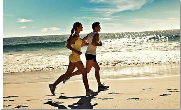 casal feliz correndo