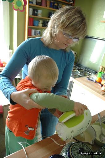 Cysiu kucharek-pomocnik bardzo lubi się udzielać w kuchni