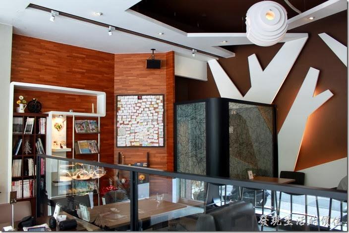 台南-綠帕克咖啡館一樓的裝潢,整個一樓有挑高,所以身處其間感覺很舒服,沒有壓迫感,牆壁上除了採用木頭的顏色外,也大量採用的白色的樹枝形狀裝潢。
