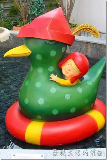 花蓮-翰品酒店。(和水鴨繞圈圈的下午)水池內有隻帶著紅色帽子的水鴨與同樣戴在紅色風帽的小孩正在水池內繞圈圈相依偎。