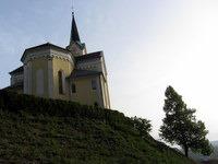 Cerkev svetega Štefana nad parkiriščem v Sori