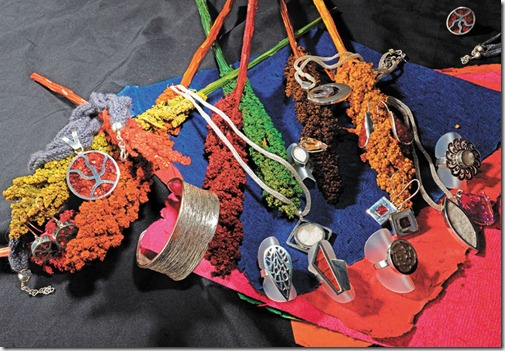 Oferta. Una producción de La Razón muestra las joyas de plata hechas con detalles de totora, sal de Uyuni, flor de quinua y la bolivianita