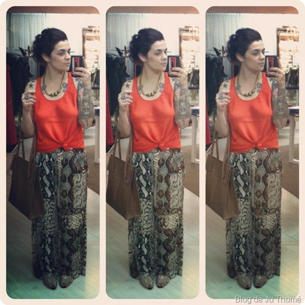 look calça pantalona animal print,  regata laranja e bolsa marrom CARMIM
