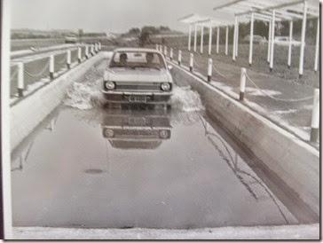 Chevette de primeira geração (1973-1977) em teste na piscina de transposição de áreas alagadas