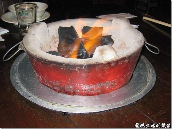 台北-魯旦川鍋。火鍋的炭火爐