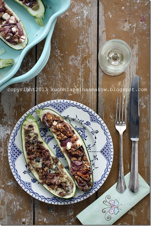 Cukinia zapiekana z cebulką, orzechami włoskimi i serem feta (2)