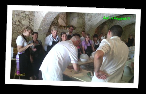 Fotografia di Antonino Esposito mentre lavora l'impasto dei panini