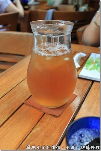 台南伊藤日本料理,坐下來後,服務生會先貼心的送上一大壺的麥茶。