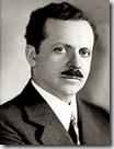 Edward Bernays, sobrino de Sigmund Freud e inventor del término eufemístico «Relaciones públicas», para referirse a la manipulación de las masas.