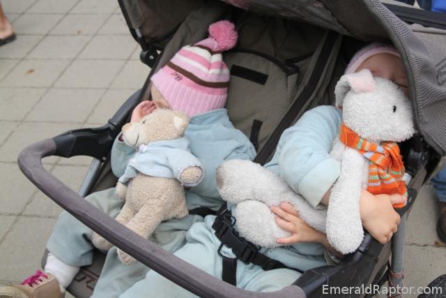 Sovende barn, bamse og kanin