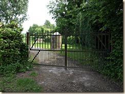 De eenmansbunker werd van zijn plaats verwijderd (bevond zich vroeger rechts van dit hekken).